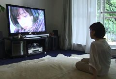 極・ト書き一行のカット割り! 第8回_DVDを観る女性