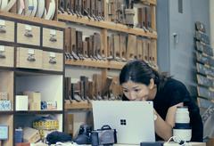 Surface Bookを撮影現場に持ち込み 相談しながら色やトーンを決めていく 〜ビデオグラファー前田比都美さん