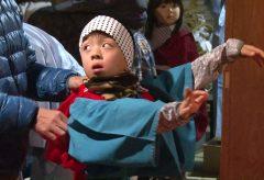 【Views】『子どもたちが継ぐ民族芸能』 7分54秒~年の始めに踊られる小阿坂かんこ踊りの伝統を守る子どもたちの姿を追うドキュメント