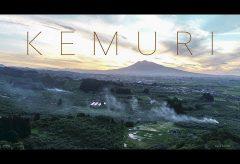 【Views】『KEMURI』1分20秒~「煙」を題材とした少し変わった世界観を醸し出す作品。煙の量、数、位置、風と不確定な条件下での景色を空撮で見るという不思議なムービー