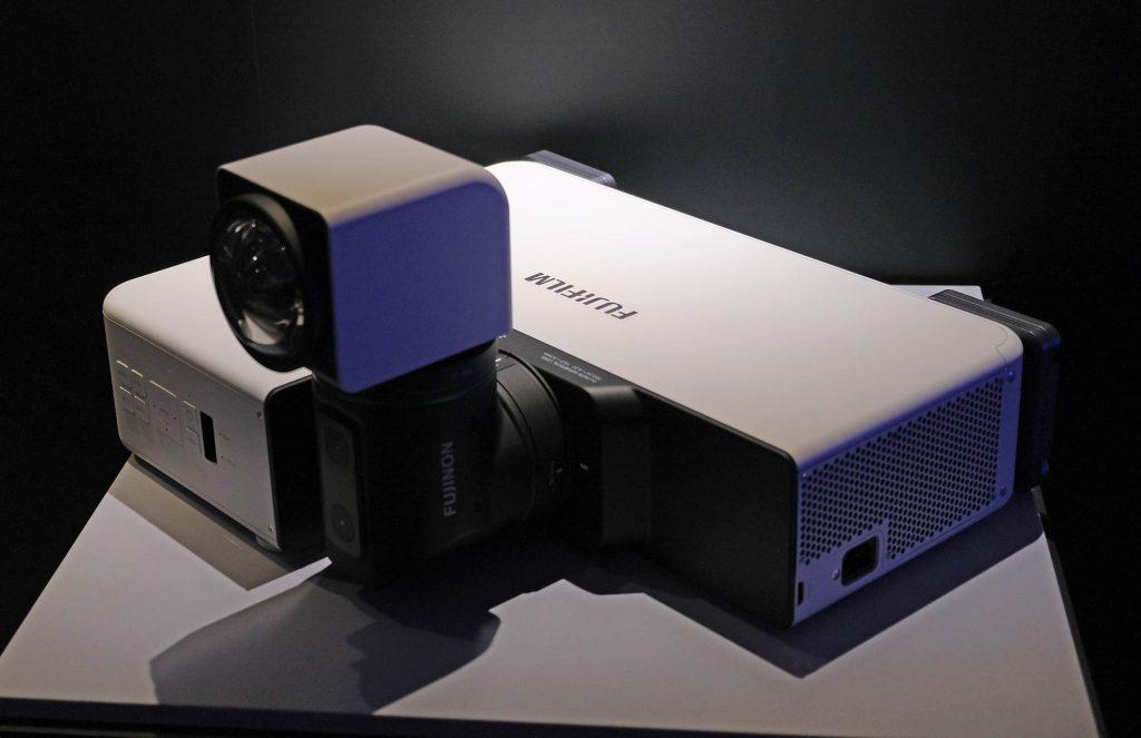 富士フイルムがプロジェクター市場に参入! 屈曲型二軸回転機構レンズで設置の自由度をあげた超短焦点プロジェクター FP-Z5000を発表