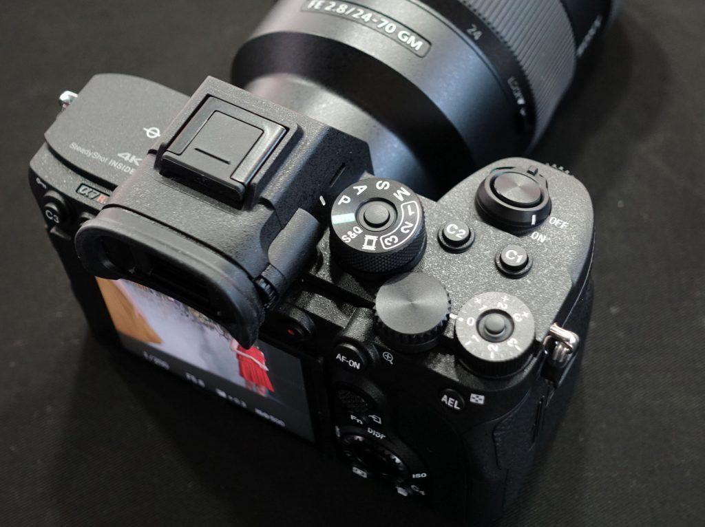 ソニー、6100万画素の35mmフルサイズミラーレス一眼、α7R IVを発表。デジタルインターフェースを追加したMIシューで指向性を変えられる小型ガンマイクなども。