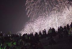 【Views】720『桑名水郷花火大会』1分28秒〜ちょっと引いて見る撮影が新しい花火ムービーを創出。花火のカットバックでは描き切れない大会の空気をそのまま届けてくれる