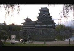 【Views】759『松本城から慰霊塔』6分〜松本城から標高1100mの慰霊塔へ。上り坂もどこ吹く風に見える自転車を漕ぐシーンは清々しい