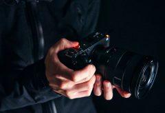 ソニー、Cinema Line最小最軽量のフルサイズセンサー搭載カメラFX3。着脱式XLRハンドルユニットに空冷ファン付き専用設計ボディ。ボディ内手ブレ補正とシャッターを入れ電子NDはなし。